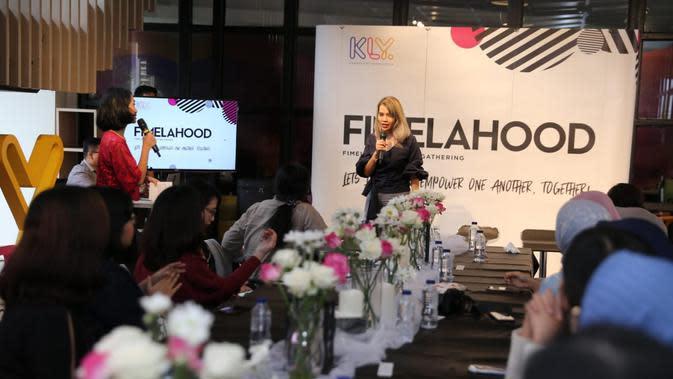 Editor in Chief Fimela.com Amelia Ayu Kinanti tengah memberi kata sambutan dalam kegiatan Fimelahood yang diadakan di kantor KLY. (Fimela.com)