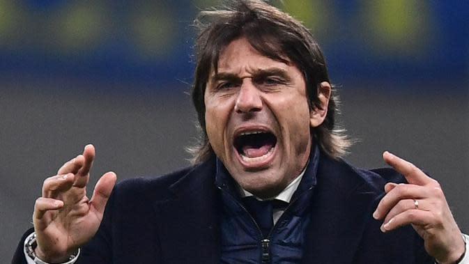 Pelatih Inter Milan, Antonio Conte, memberi arahan saat melawan Cagliari pada laga Coppa Italia di Stadion Giuseppe Meazza, Rabu (15/1/2020). Inter Milan menang 4-1 atas Cagliari. (AFP/Miguel Medina)