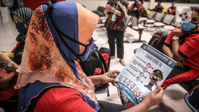 Sejumlah TKI Ilegal yang dipulangkan dari Malaysia menunggu untuk menjalani pemeriksaan kesehatan setibanya di Pelabuhan Tanjung Priok, Jakarta, Jumat (12/6/2020). Sebanyak 436 TKI Ilegal tersebut nantinya akan dipulangkan ke daerah asalnya di 22 provinsi. (Liputan6.com/Faizal Fanani)