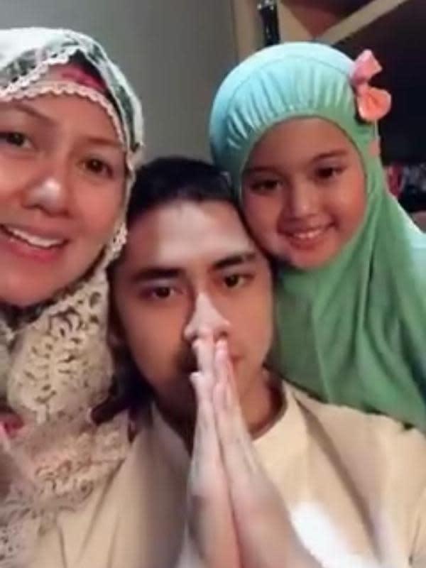 Momen keluarga seleb Tarawih bersama di rumah. (Sumber: Instagram/vennamelindareal)