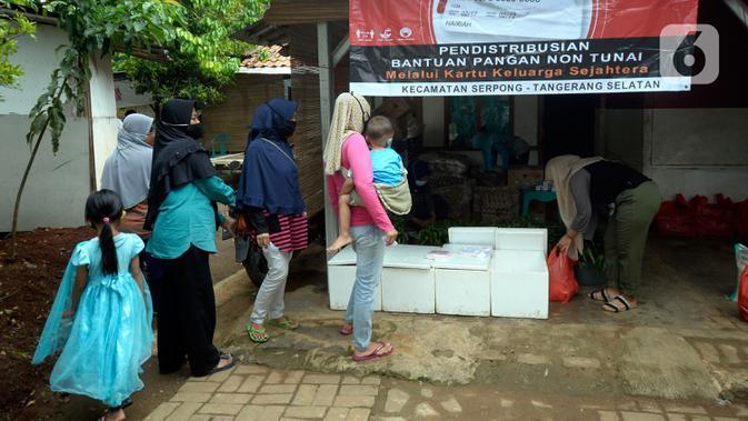 Warga yang memiliki kartu ATM Keluarga Sejahtera mengantre mengambil bantuan pangan non tunai dari Kemensos di Kelurahan Buaran, Serpong, Tangerang Selatan, Banten, Jumat (16/10/2020). Bantuan pangan non tunai tersebut diterima 95 orang. (merdeka.com/Dwi Narwoko)