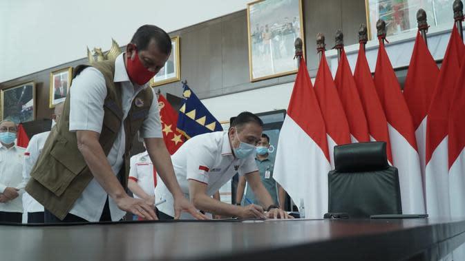 Ketua Umum PSSI Mochamad Iriawan menyerahkan bantuan kepada Ketua Satgas Penanganan COVID-19 Doni Monardo. (BNPB)