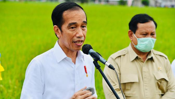 Presiden Joko Widodo didampingi Menhan Prabowo Subianto memberikan keterangan saat meninjau lahan yang akan dijadikan