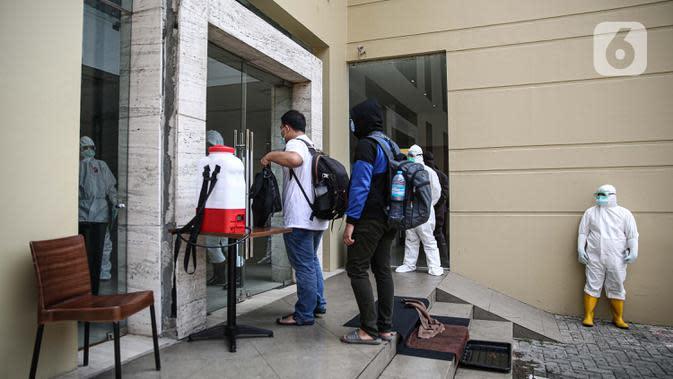 Pasien tanpa gejala Covid-19 yang diantar dengan ambulans tiba di Hotel U Stay Mangga Besar, Jakarta, Senin (28/9/2020). Sebagian pasien tanpa gejala mulai diisolasi di hotel untuk mengantisipasi daya tampung Rumah Sakit Darurat Wisma Atlet yang semkain padat. (Liputan6.com/Faizal Fanani)