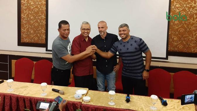 Perkenalan pelatih baru PSS Sleman, Eduardo Perez (baju hitam) di Rich Hotel, Sleman, Rabu (15/1/2020). (Bola.com/Vincentius Atmaja)