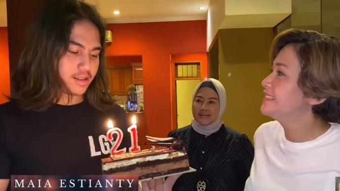 Momen kejutan ulang tahun El Rumi (Sumber: YouTube/Maia Estianty)