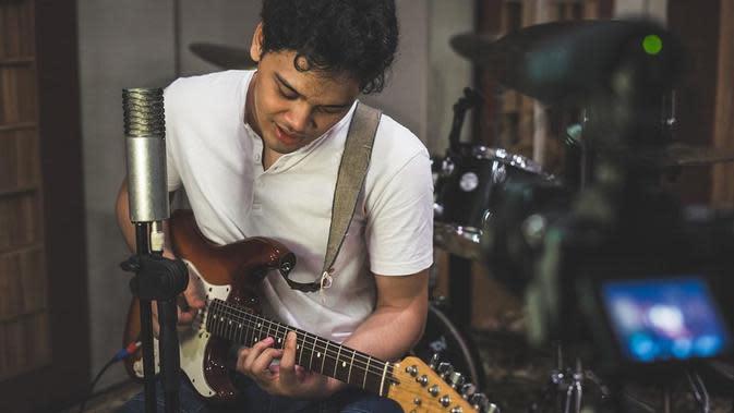 Fokus di solo karier, Mikha Angelo hadirkan single perdana. (Instagram mikha97)