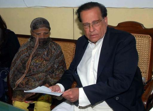 Asia Bibi (left) pictured alongside former governor of Punjab Salman Taseer who was later assassinated for supporting Christian minorities