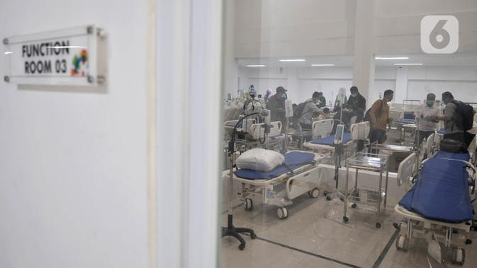 Petugas menyiapkan perlengkapan ruang isolasi Rumah Sakit Darurat Penanganan COVID-19 di Wisma Atlet, Kemayoran, Jakarta, Minggu (22/3/2019). RS Darurat Penanganan COVID-19 dilengkapi dengan ruang isolasi, laboratorium, radiologi, dan ICU. (merdeka.com/Iqbal S. Nugroho)