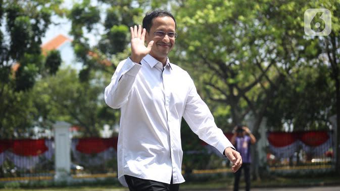 CEO Gojek Nadiem Makarim melambaikan tangan saat tiba di kompleks Istana, Jakarta, Senin (21/10/2109). Kedatangan Nadiem berlangsung jelang pengumuman menteri Kabinet Kerja Jilid II oleh Presiden Joko Widodo atau Jokowi. (Liputan6.com/Angga Yuniar)