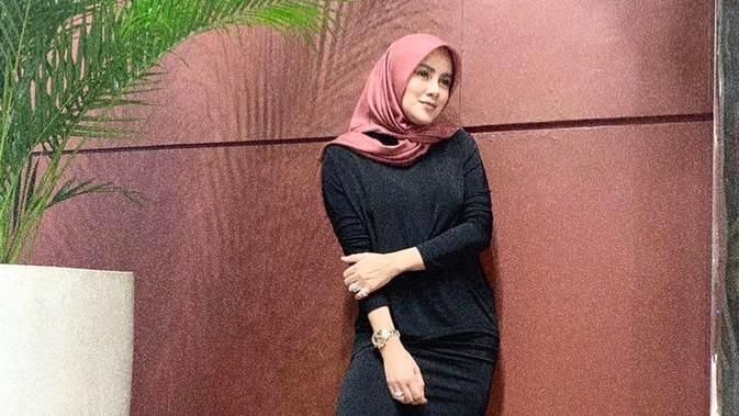Sebelum hari Raya Idul Firtri tiba, Olla Ramlan masih belum mengenakan hijab. Kemudian tepat di tanggal 23 Mei, Olla terlihat mengunggah foto yang menunjukkan dirinya sedang mengenakan hijab. (Liputan6.com/ollaramlanaufar)