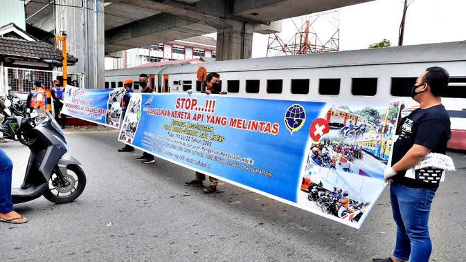 Ketika sudah ada tanda-tanda mendekati perlintasan sebidang kereta api, setiap pengguna jalan diharuskan untuk mengurangi kecepatan dan berhenti.