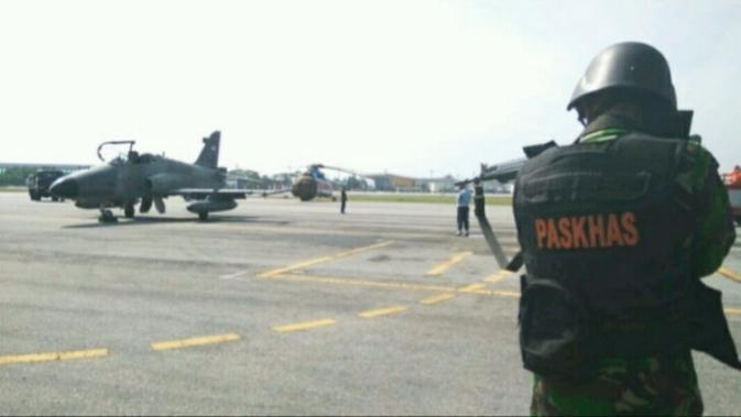 Latihan rutin yang digelar Lanud Roesmin Nurjadin Pekanbaru menggunakan pesawat tempur dan pasukan khas TNI AU. (Liputan6.com/M Syukur)