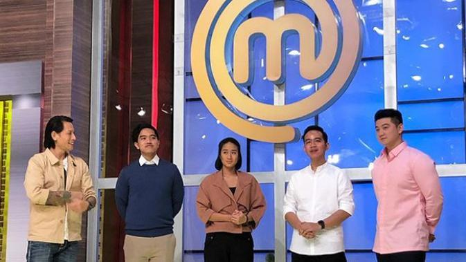 Kaesang Pangarep dan Gibran Rakabuming Raka didapuk sebagai juri tamu di episode terbaru MasterChef Indonesia season 6. (https://www.instagram.com/p/B7ND6QLpuma/)