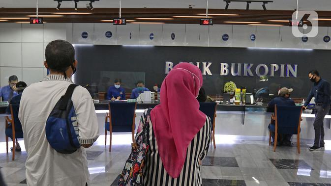 Suasana pelayanan nasabah di kantor pusat Bank Bukopin, Jakarta, Selasa (1/7/2020). PUT V akan digelar melalui penerbitan saham baru dengan memberikan penawaran Hak Memesan Efek Terbatas Terlebih Dahulu (HMETD) alias rights issue kepada pemegang saham. (Liputan6.com/Herman Zakharia)