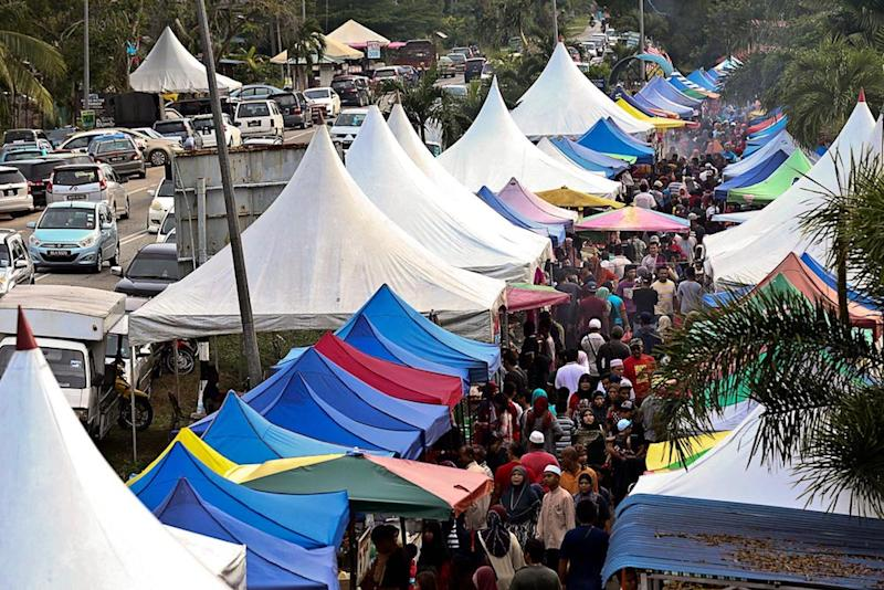 Crowds flock to the Ramadan bazaar in Kg Kanchong Darat to buy food for the breaking of fast, Banting May 22, 2019. The Academy of Medicine of Malaysia advised FT Minister Tan Sri Annuar Musa to consider turning the traditional Ramadan bazaar into an online sales and delivery service. — Picture by Sayuti Zainudin