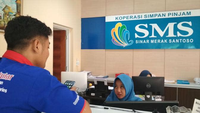 Suasana pelayanan di Kospin SMS Cirebon kepada anggota. Foto (Liputan6.com / Panji Prayitno)
