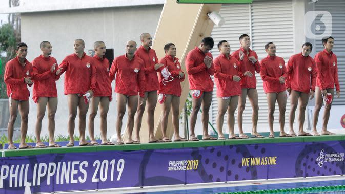 Para pemain polo air putra Indonesia bersiap melawan Malaysia pada laga SEA Games 2019 di Aquatic Center, Clark, Filipina, Jumat (29/11/2019). Indonesia berhasil meraih emas perdana dari cabang polo air. (Bola.com/M Iqbal Ichsan)
