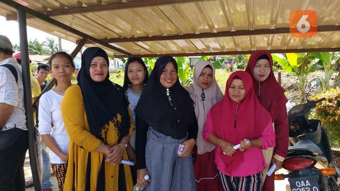 Yamani (baju hitam) bersama teman-teman sesama pekerja Indonesia menikmati bakti sosial pemberian alat kontrasepsi gratis dari BKKBN di tempat kerja mereka pada Minggu, 16 Februari 2020 (Foto: Aditya Eka Prawira/Liputan6.com)