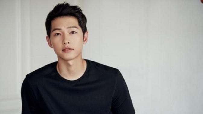 Dalam drama terbaru itu, Song Joong Ki akan beradu akting dengan Kim Ji Won. Seperti diketahui, Song Joong Ki dan Kim Ji Won pernah beradu akting di Descendants of the Sun. (Foto: Soompi.com)
