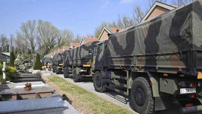 Konvoi truk militer yang membawa peti mati berisi jasad korban virus corona COVID-19 dari Bergamo tiba di Ferrara, Italia, Sabtu (21/3/2020). Italia mencatat kematian tertinggi akibat COVID-19 dalam sehari dengan 793 korban meninggal. (Massimo Paolone/LaPresse via AP)