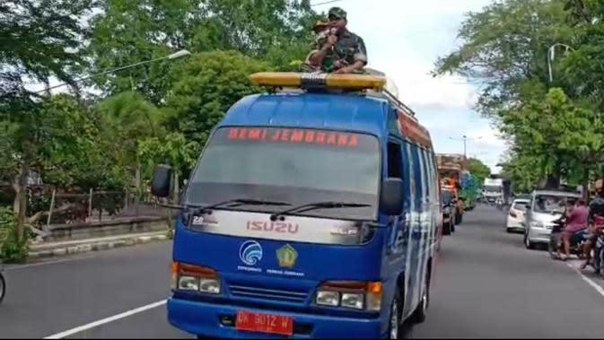 TNI di Bali Keliling Kota Imbau Warga Tak Keluar Rumah