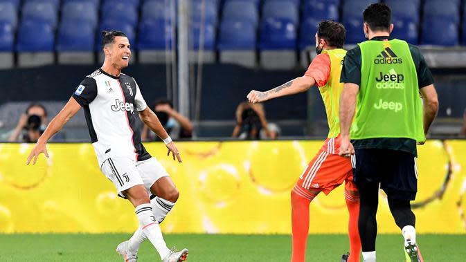 Pemain Juventus Cristiano Ronaldo (kiri) merayakan golnya ke gawang Genoa pada pertandingan Serie A di Stadion Luigi Ferraris, Genoa, Italia, Selasa (30/6/2020). Juventus kokoh memuncaki klasemen sementara usai mengalahan Genoa 3-1. (Tano Pecoraro/LaPresse via AP)