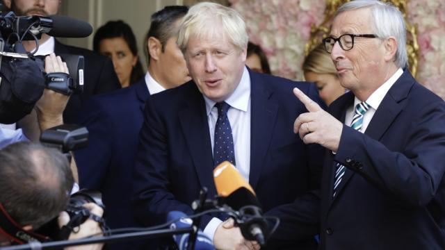 Boris Johnson zusammen mit Jean-Claude Juncker nach ihrem Treffen in Luxemburg (Bild: Olivier Matthys/AP)