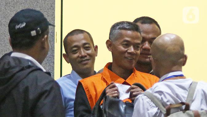 Komisioner KPU Wahyu Setiawan (tengah) usai menjalani pemeriksaan di Gedung KPK, Jakarta, Jumat (10/1/2020). KPK resmi menahan Wahyu Setiawan yang sebelumnya ditetapkan sebagai tersangka kasus suap terkait pergantian antar-waktu (PAW) anggota DPR RI periode 2019-2024. (Liputan6.com/Herman Zakharia)