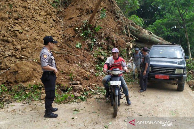 Jalan antar desa di Kadupandak-Cianjur tertutup longsor