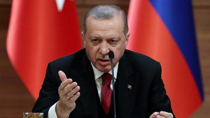 Presiden Turki Recep Tayyip Erdogan berbicara dalam menggelar pertemuan dengan Presiden Rusia Vladimir Putin dan Presiden Iran Hassan Rouhani terkait perdamaian Suriah di Ankara, Turki, Rabu (4/4). (AFP PHOTO/ADEM ALTAN)