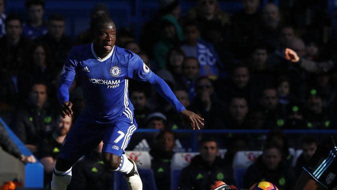 Gelandang Chelsea, N'Golo Kante, dikabarkan tertarik pindah ke Real Madrid. (AFP/Adrian Dennis)