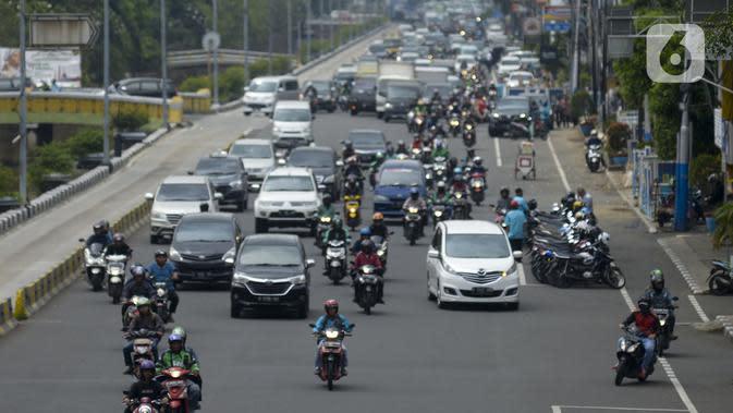 Kendaraan melintas di kawasan Gajah Mada, Jakarta, Jumat, (7/2/2020). Parkir motor dan mobil di Kawasan Jalan Gajah Mada-Hayam Wuruk merupakan kawasan ganjil-genap sehingga penerapan sistem ini berjalan pada pukul 06.00-10.00 WIB dan pukul 16.00-20.00 WIB. (merdeka.com/Imam Buhori)