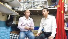 黨的御用演員?香港中聯辦主任訪「基層市民」 遭抓包為「護旗手」