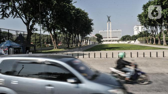 Pengendara saat melintas di depan Lapangan Banteng, Jakarta, Senin (7/9/2020). Pemkot Jakarta Pusat menyiapkan 9 titik untuk kios usaha kecil dan menengah (UKM) di trotoar guna memfasilitasi pejalan kaki. (merdeka.com/Iqbal S. Nugroho)