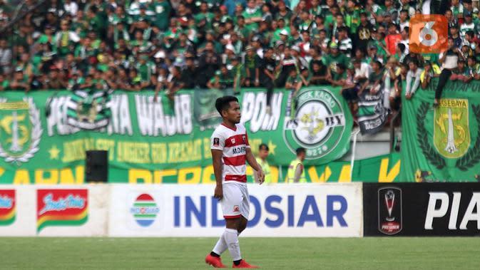 Pemain Madura United, Andik Vernansah, bermain sebagai pemain pengganti dalam laga kontra klub kesayangannya, Persebaya Surabaya, di leg pertama semifinal Piala Presiden 2019 yang digelar di Stadion Gelora Bung Tomo, Surabaya, Rabu (3/4/2019). (Bola.com/Aditya Wany)