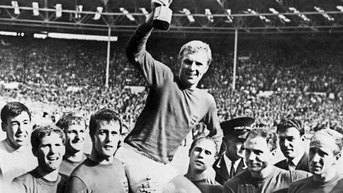 Kapten Timnas Inggris, Bobby Moore, mengangkat trofi Piala Dunia 1966. (AFP)