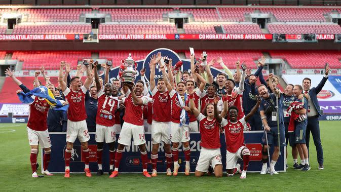 Pemain Arsenal merayakan kemenangan 2-1 atas Chelsea pada final Piala FA 2019/2020 di Stadion Wembley, Sabtu (31/7/2020). (AFP/Catherine Ivill)