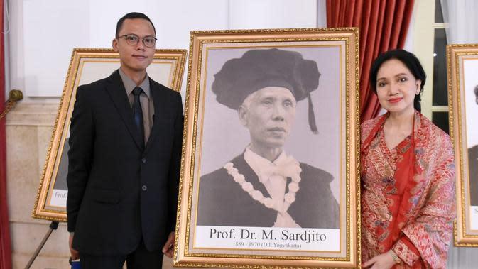 Keluarga Prof Dr M Sardjito berfoto di samping lukisannya usai penganugerahan gelar Pahlawan Nasional. (Foto: Muchlis Jr - Biro Pers Sekretariat Presiden)
