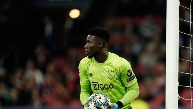 Kiper Ajax, Andre Onana, kabarnya masuk radar Barcelona pada bursa transfer musim panas ini. (AFP/Kenzo Tribouillard)