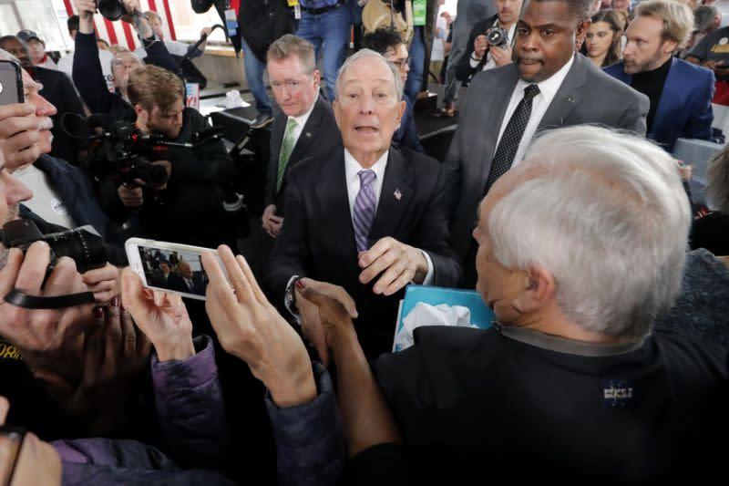 Para kandidat Demokrat tingkatkan serangan untuk meredam Bloomberg