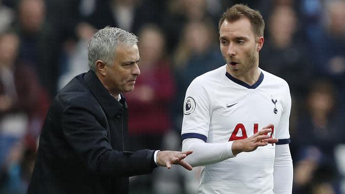 Pelatih Tottenham, Jose Mourinho, memberikan instruksi kepada Christian Eriksen saat melawan West Ham pada laga Premier League di Stadion London, London, Sabtu (23/11). West Ham kalah 2-3 dari Tottenham. (AFP/Adrian Dennis)