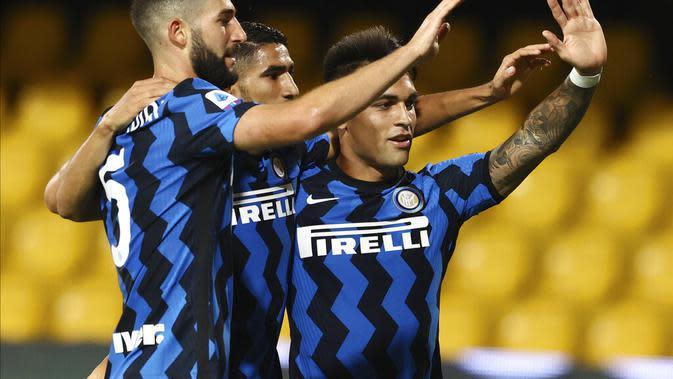 Striker Inter, Lautaro Martinez (kanan) berselebrasi bersama rekan-rekan setimnya setelah mencetak gol kontra Benevento di kancah Liga Italia di Stadion Ciro Vigorito, Rabu (1/10/2020) malam. (Alessandro Garofalo/LaPresse via AP)