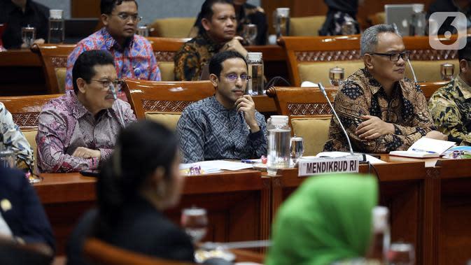 Menteri Pendidikan dan Kebudayaan (Mendikbud), Nadiem Makarim mengikuti rapat kerja dengan Komisi X DPR di Kompleks Parlemen Senayan, Jakarta, Rabu (6/11/2019). Nadiem Makarim menghadiri rapat perdana dengan Komisi X DPR RI. (Liputan6.com/Johan Tallo)