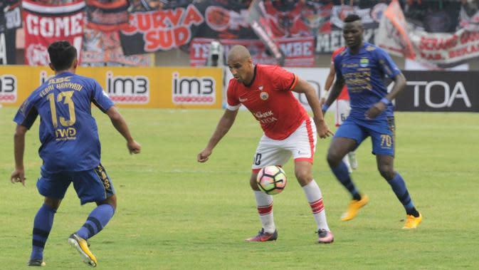 Striker Persija Jakarta, Bruno Lopes, berusaha mengontrol bola saat melawan Persib Bandung pada laga Liga 1 Indonesia di Stadion Manahan, Solo, Jumat (3/11/2017). Persija menang 1-0 atas Persib. (Bola.com/Ronald Seger)