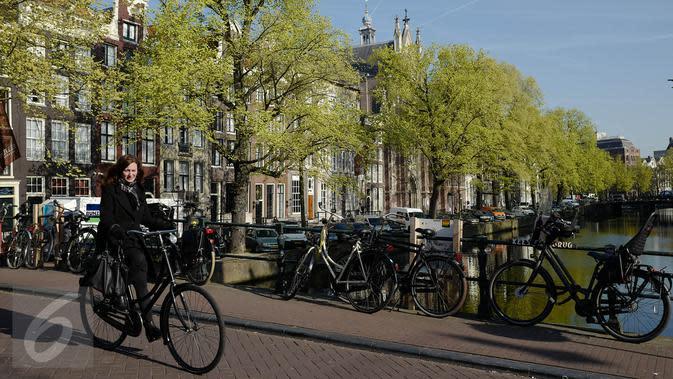 Warga menggunakan sepeda saat beraktivitas di sekitar kawasan Amsterdam, Kamis (20/4). Tak ada yang menampik bahwa kota Amsterdam, Belanda, merupakan surga bagi para pesepeda. (Liputan6.com/Immanuel Antonius)