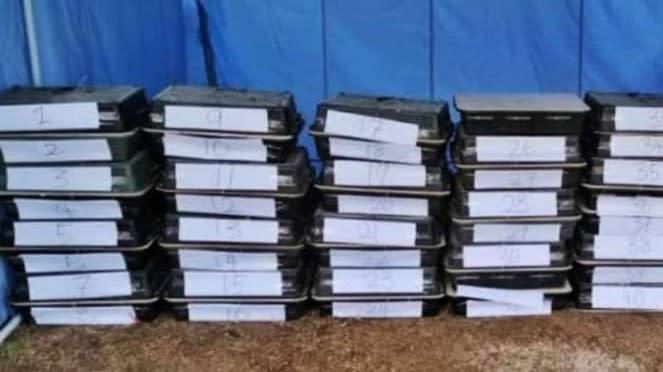 VIVA Militer: Tentara menemukan keranjang berisi ratusan ekor burung murai batu.