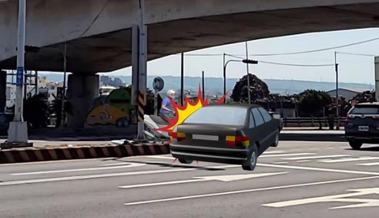 汽車正要轉彎,沒想到左側突然竄出一輛機車。(圖/東森新聞)