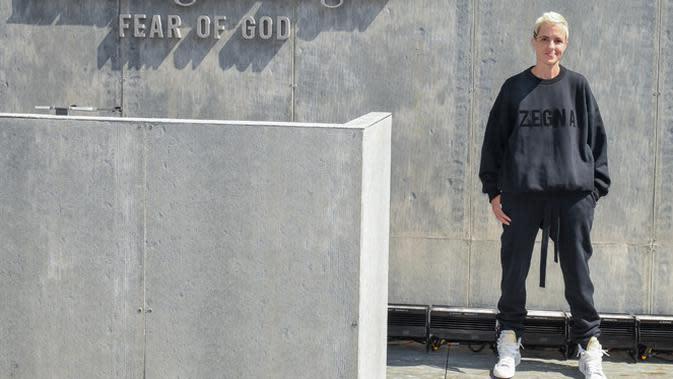 Sweatshirt hitam berlogo Zegna dan jogger hitam dikenakan Samantha saat menghadiri launching Fear of God Exclusively for Ermenegildo Zegna untuk koleksi terbarunya. Keren banget kan? (FOTO:Owen Kolasinski/BFA.com)
