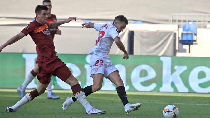Bek Sevilla, Sergio Reguilon mencetak gol pertama untuk timnya ke gawang AS Roma pada babak 16 besar Liga Europa di Stadion Schauinsland-Reisen-Arena, Kamis (6/8/2020). Sevilla lolos ke perempat final setelah mengandaskan AS Roma dengan skor 2-0. (Wolfgang Rattay/Pool Photo via AP)